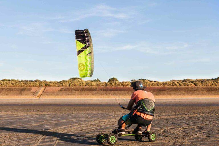 Landkiten am endlosen Sandstrand