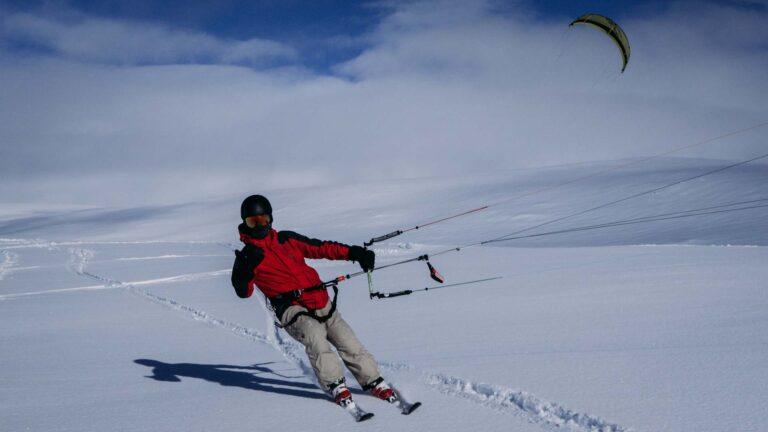 Snowkiter fährt Kamera entgegen