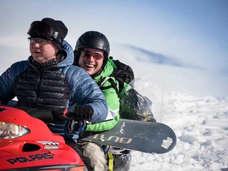 2 Personen auf einem Skidou mit Equipment