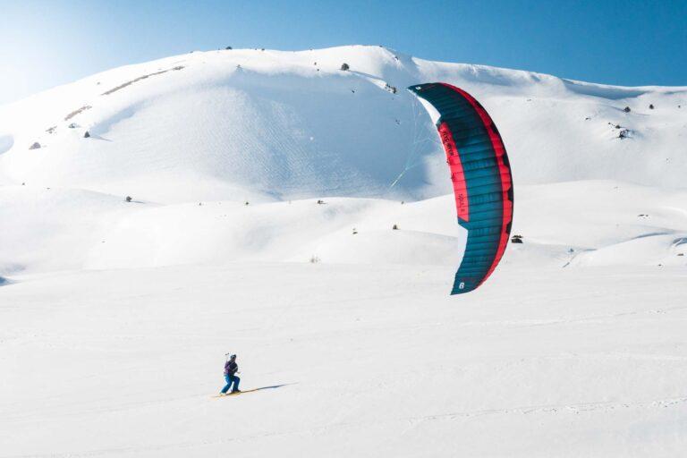 Snowkiter mit Flysurfer Soul im Schnee