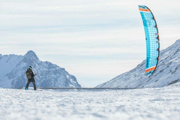 Snowkiter mit Foilkite vor Bergen