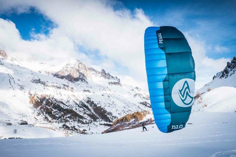 Snowkiter mit Bergen im Hintergrund