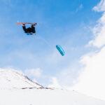 Snowkiter mit Board springt