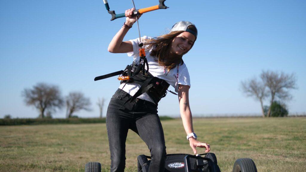 Mädchen freut sich mit Kite in der Luft an Land