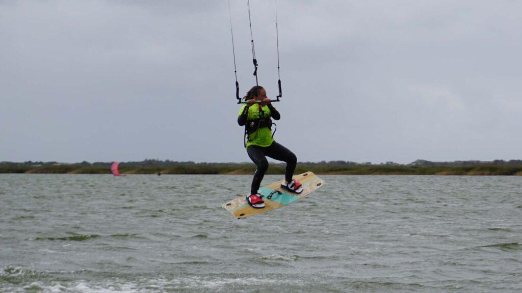 Dame macht einen basic jump mit dem Kite