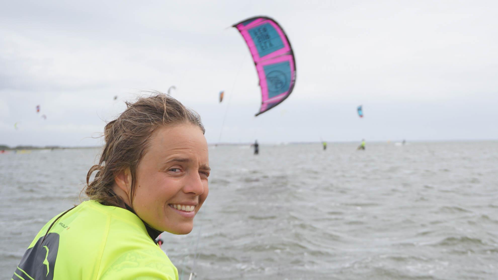 Kitesurferin lächelt im Wasser