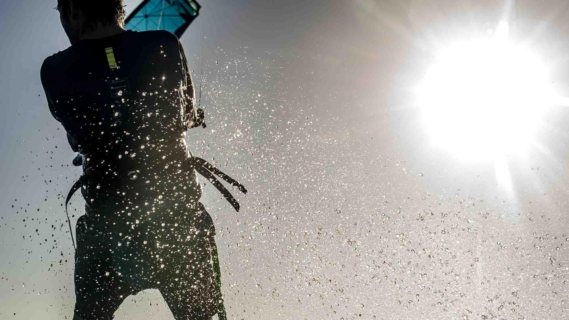 Beim Kitesurfen mit Sonnenschein