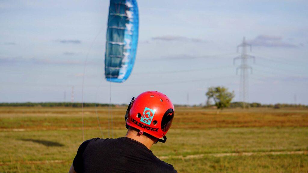Landkiter von hinten mit Funkhelm