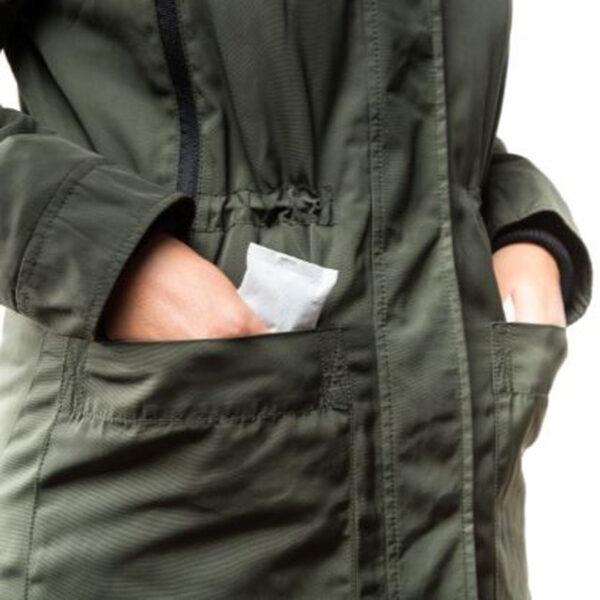 Person steckt ein Wärmepad in die Jackentasche