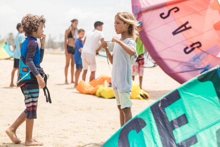 Zwei Jugendliche beim Aufbau eines Kites