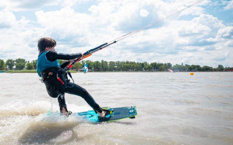 Kind am Kite surft über den Neusiedlersee