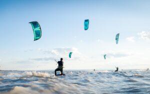 Gruppe Kitesurfer im See