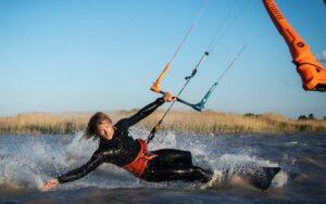 Alex beim Kitesurfen im flachen Wasser