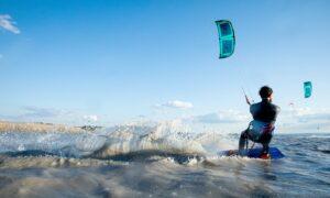 Kitesurfer kitet über den Neusiedlersee