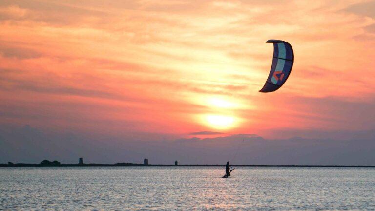 Kiter steht im Knietiefen Wasser