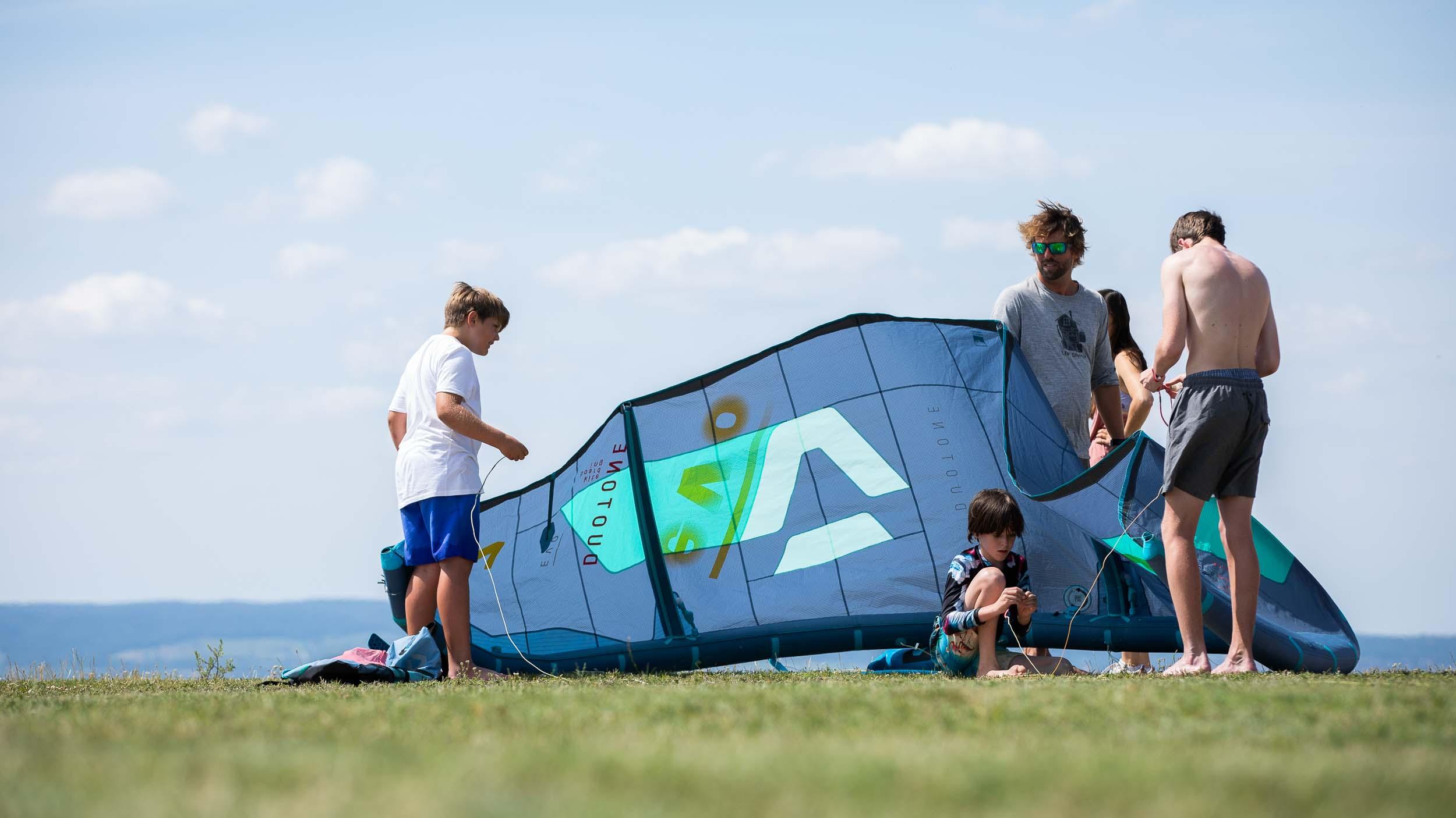 Kinder bauen den Kite auf