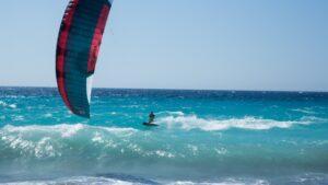Kiter mir Matte im türkisblaues Meer