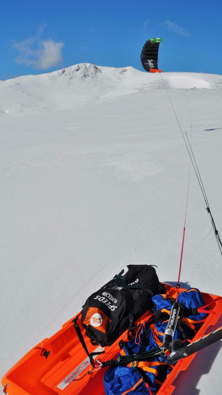 Snowkite und Gepäck am Schnee