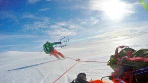 Snowkiter mit Ausrüstung am Plateau