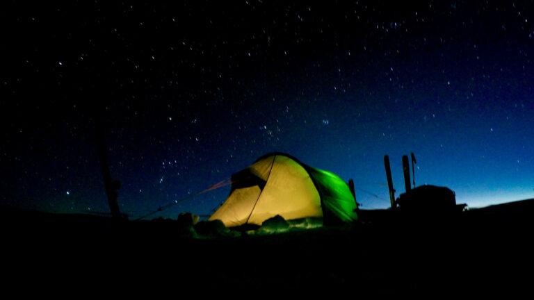 Nachtlager im Zelt unter Sternenhimmel
