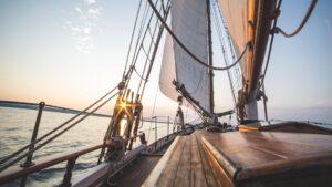 Segelboot fährt in den Sonnenuntergang
