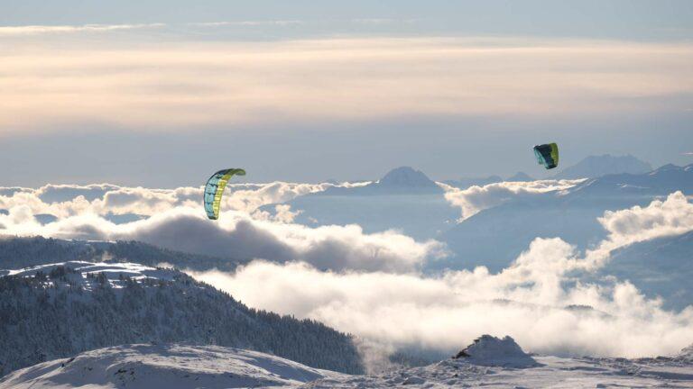 Zwei Flysurfer Kites am Himmel über den Wolken