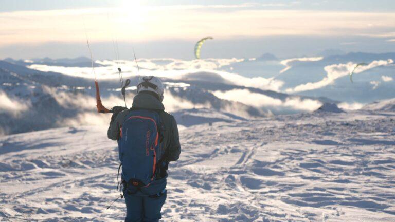 Snowkiter am Gipfel schaut ins Tal
