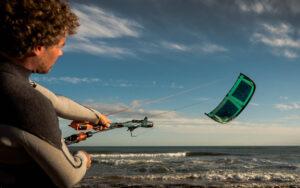 Kite droht am Windfensterrand ins Wasser zu stürzen