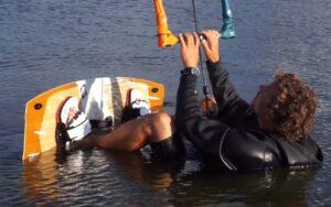 Kitesurfer in Vorbereitungen zum Wasserstart