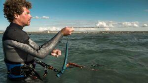 Kitesurfer versucht Kite aus dem Wasser zu starten