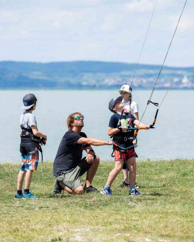 Kitelehrer hält Landkiter am Trapez