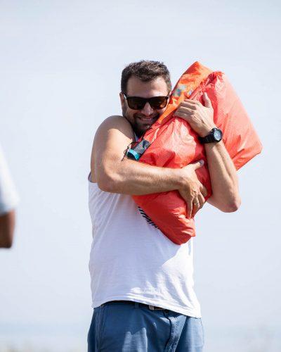 Flo drückt den Kite an sich