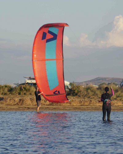 2 Personen am Ufer beim Kite starten
