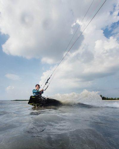 Nahaufnahme von einem Kitesurfer in Podersdorf am Wasser