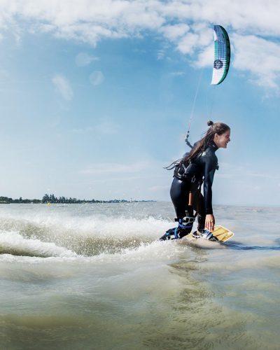 Kitesurferin im See