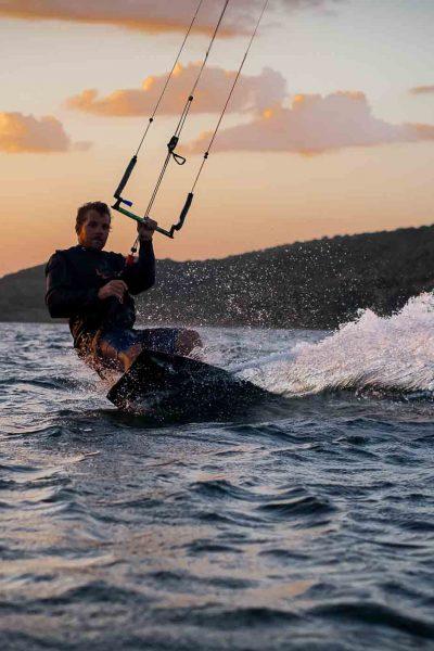 Kiter bei Sonnenuntergang im Wasser