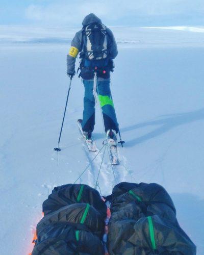Skitourngeher mit 2 Schlitten