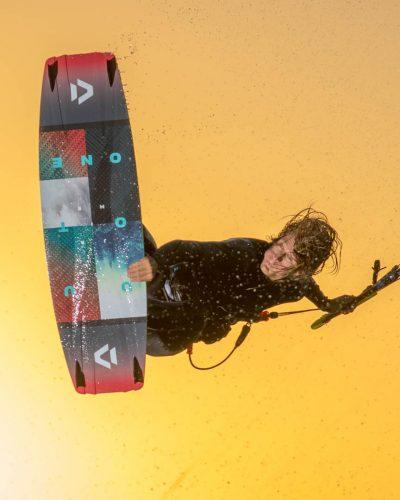 Kiter springt und greift zum Board