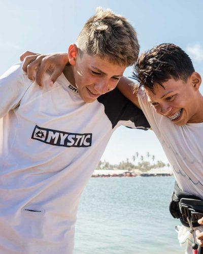 Zwei Jugendliche mit Trapez um die Hüften umarmen und freuen sich