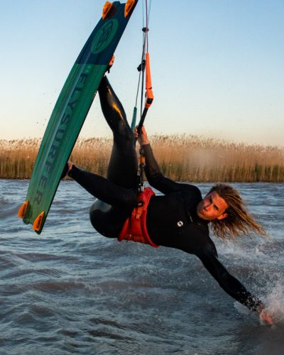 Kiter greift während Sprung ins Wasser