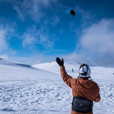 Person winkt im Schnee einem Kursteilnehmer