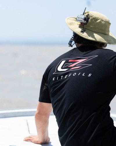 Mann sitzt auf einem Boot und unterrichtet mit Funk