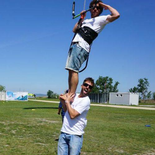 Patrick trägt Olsen, der den Kite in der Hand hält